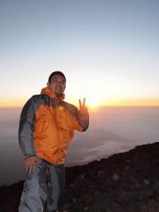 3年前の富士登山にて。御来光を観ることができました。