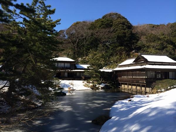 雪が残る三渓園