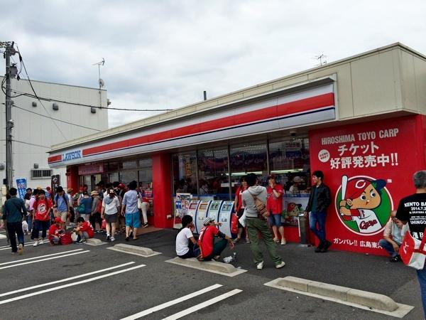 まさかの赤いローソン。広島おそるべしw