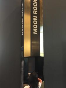 基本、初めて行くところは嫌がるので、何かを餌に連れ出す。航空宇宙博物館には月の石をダシに連行。
