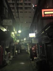 夜7時。開店前の店の方が多い。美夢の前では薬か酒かで酔っ払ったオッサンが道で寝転がってタバコを吸ってました。